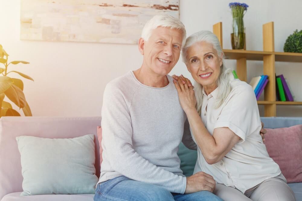 寄り添う老夫婦